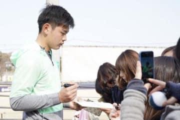 自主トレ終了後にサインに応じる日本ハム・野村佑希【写真:荒川祐史】