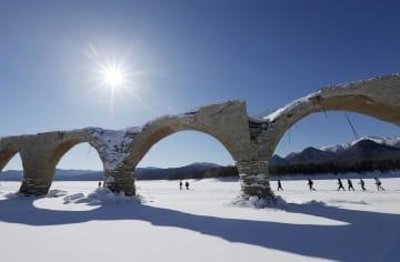 糠平湖の水位が下がって姿を現した旧国鉄士幌線のアーチ橋「タウシュベツ川橋梁」=30日、北海道上士幌町