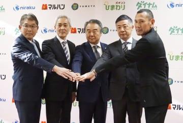 パチンコ依存症の勉強会を開催したダイナムの藤本達司社長(左から2人目)ら=30日午後、東京都内