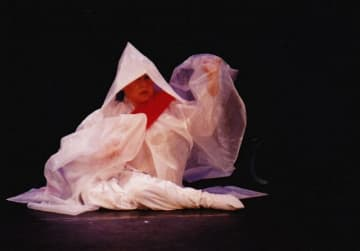 1998年に大阪で上演した「ウリ・オモニ」(劇団「態変」提供)