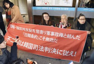 ソウル高裁で勝訴判決を喜ぶ原告の金玉順さん(右から2人目)ら=30日(共同)