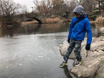 マンハッタン区セントラルパークの池「ザ・ポンド」は一部が凍結。カナダから旅行中だという少年は「良いときに来た」と喜んでいた=30日午後撮影(photo: Yuriko Anzai / 本紙)