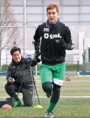 トップチームの練習初日に参加した稲本選手=28日、横山公園
