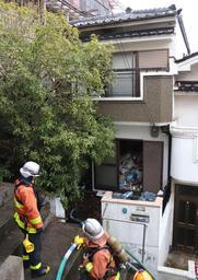 火事があった民家=31日午前8時23分、神戸市長田区堀切町