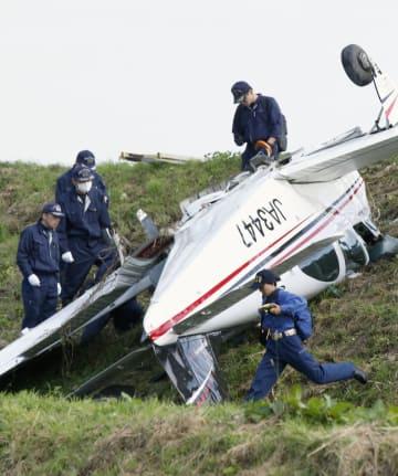小型機を調べる航空事故調査官ら=2017年10月、宮城県栗原市