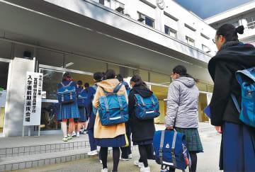 緊張した様子で試験会場に入る受験生=31日午前8時すぎ、仙台市太白区の仙台南高