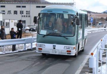 運転士がハンドルから手を離した状態で走行するバス