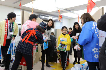 到着ロビーで出迎えを受ける上海からの観光客