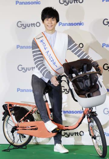 自転車にまたがって笑顔を見せる渡部建=31日、東京都内