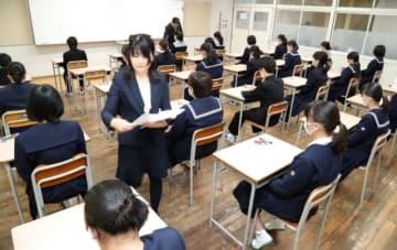 理科の試験に臨む受験生=31日、大分市の福徳学院高校