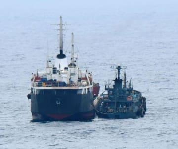 東シナ海での「瀬取り」が疑われる北朝鮮船籍のタンカー(左)と船籍不明の小型船舶=1月18日(防衛省提供)