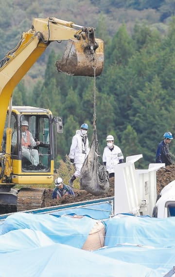 地中に埋められた廃棄物を掘り起こす捜査員ら=昨年10月17日、宮城県丸森町