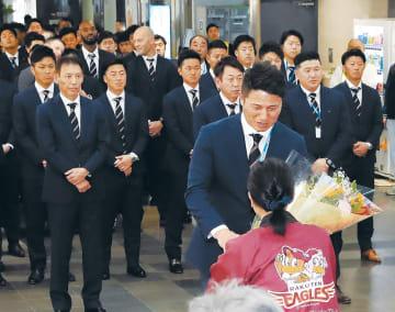 歓迎式典で花束を受け取る平石監督