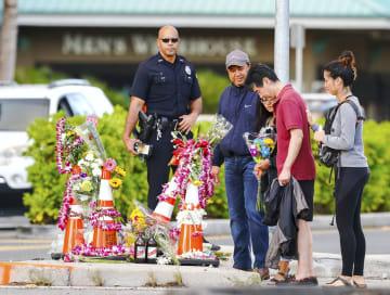 事故現場で花を手向ける人々=30日、米ハワイ・ホノルル(共同)