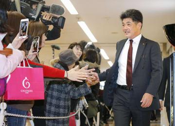 宮崎空港に到着しファンの歓迎を受けるソフトバンクの工藤監督=31日