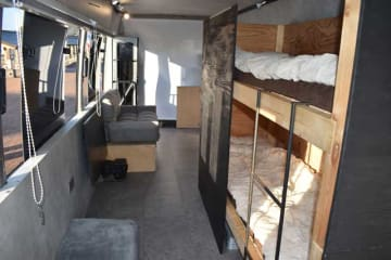 「バスハウス」の内装。2段ベッドやソファなどがあり、住居に近い空間になっている