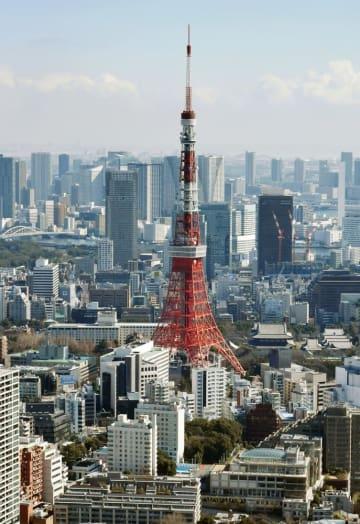 東京タワーと高層ビル群=東京都内