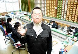 日本オーディオ協会の顕彰「音の匠」を受けた、日本精機宝石工業の仲川和志社長=新温泉町芦屋