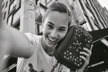 米人気ファッションブランド「COACH」とコラボレーションする水原希子さん