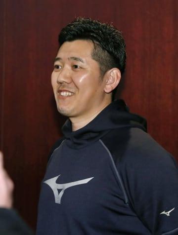 オリックスの入団テストに向け意気込みを語る、ヤクルトを自由契約となった成瀬=31日、宮崎市