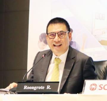 投資計画を発表するSCGのルンロート社長兼CEO=1月30日、バンコク(NNA撮影)