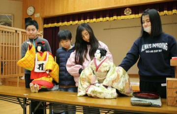 練習を重ねる三保小学校人形劇クラブの児童たち