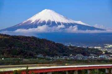 東名高速道路はまさに日本の大動脈