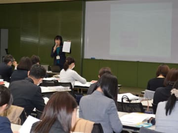 FAなど約300人を対象に行ったグリーフケア研修。受講者が講師となり、2月8日までに各店で勉強会を行う=岐阜市神田町、十六銀行本店