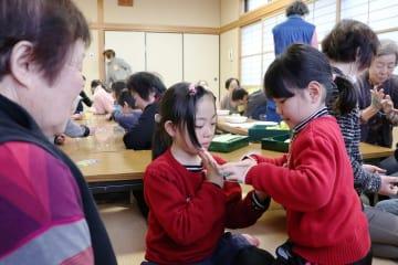 地域住民と昔の遊びを楽しむ子どもたち=長崎市稲田町、市仁田・佐古地区ふれあいセンター