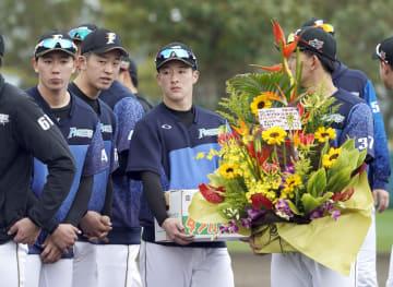 歓迎セレモニーに参加した日本ハム・吉田輝(右から2人目)=国頭