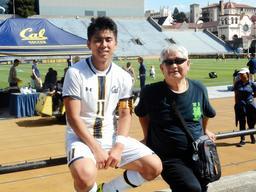 古谷錬太郎さん(右)と孫の門野真也選手=2018年10月、カリフォルニア大バークレー校(古谷さん提供)