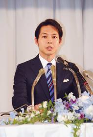 「北海道の扉を力強く押し開く先頭に立たせていただきたい」と語る鈴木氏=1日午前10時、札幌市中央区