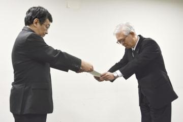 国交省の業務改善勧告を受け取るANAウイングスの泉弘毅社長(右)=1日午前、東京・霞が関