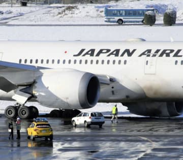 成田空港に着陸後、誘導路で脱輪し、動けなくなった日本航空機=1日午前8時40分ごろ