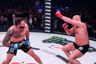 ベイダー(左)の左フック一発で崩れ落ちるヒョードル(右)Photo by Bellator MMA