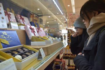 バレンタインデーのチョコレートを選ぶ女性客=土浦市上高津のイオン土浦店