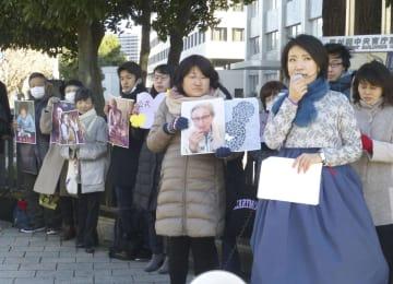 元慰安婦の金福童さんらを追悼し、日本政府に「加害責任を否定するな」と訴える市民ら=1日午後、首相官邸前