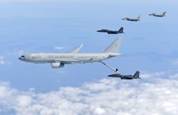 韓国空軍の戦闘機に給油する同軍の空中給油機(韓国国防省提供・共同)