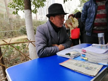 春節前に熱気を帯びる公園内の「お見合いコーナー」 安徽省合肥市