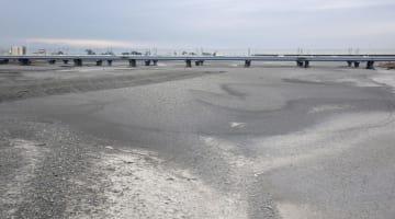河川の流れが途切れる「瀬切れ」が発生した静岡市の安倍川下流域=1月31日