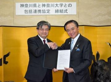 協定を結んだ兼子学長(左)と黒岩知事=県庁