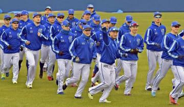 春季キャンプスタート。笑顔でウオームアップするベイスターズの選手ら=アトムホームスタジアム宜野湾