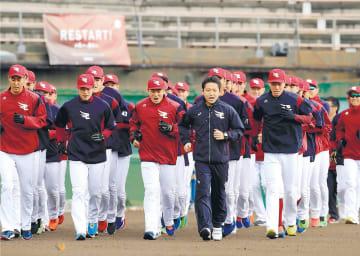 キャンプが始まり、ランニングをする東北楽天の選手ら=1日午前10時ごろ、沖縄県久米島町の久米島野球場