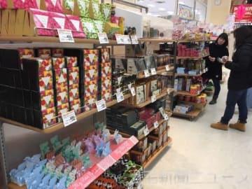 国内外の有名ブランドのチョコレートが並ぶ売り場=イオン高崎店