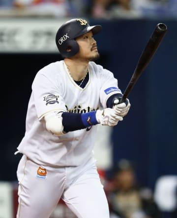 本塁打を放つT―岡田選手=2018年9月27日、京セラドーム