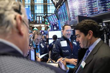 ニューヨーク証券取引所のトレーダーたち=1日(ロイター=共同)