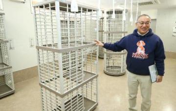 譲渡を待つ猫を収容する飼養室で説明する佐伯久所長=1日、大分市廻栖野のおおいた動物愛護センター