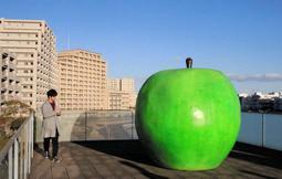 安藤忠雄さんが寄贈したオブジェ「青いりんご」=神戸市中央区脇浜海岸通1