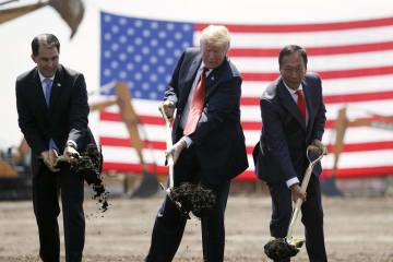 米ウィスコンシン州で鴻海精密工業の工場起工式に参加するトランプ大統領(中央)=2018年6月(AP=共同)