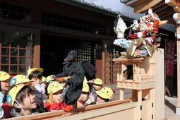 人形を動かしておみくじを引く「船弁慶からくりみくじ」=尼崎市寺町